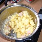 Ein Topf mit Schinken-Ei-Nudeln