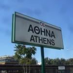 """Stationsschild in Athen """"Bahnhof Larissa"""""""